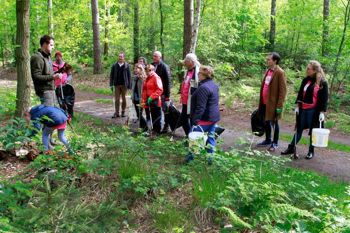Boswachter Wout Romijnders vertelt de deelnemers tijdens het opruimen allerlei bijzondere en interessante weetjes over de natuur in het bos. Bijvoorbeeld over een soort 'internet van schimmels', waardoor bomen met elkaar kunnen communiceren.