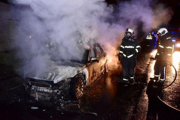 Van de Mercedes CLK, die op de oprit stond, bleef alleen schroot over.