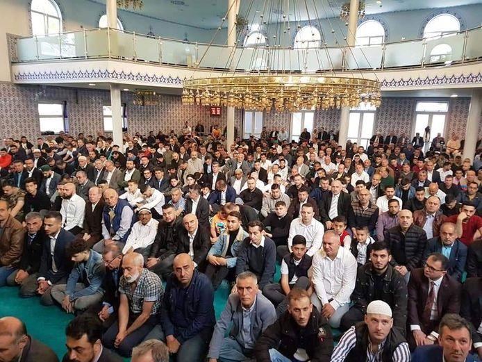 Zo druk is het als er geen corona is, honderden gelovigen in de Bergse moskee.