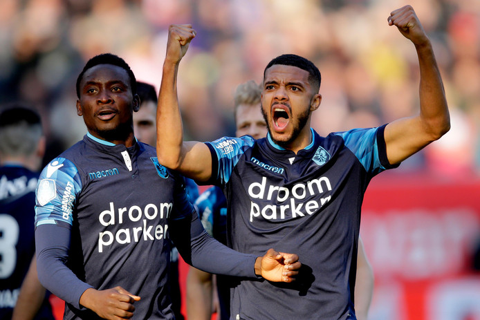 Jake Clarke Salter (rechts) vecht met Vitesse voor een Europees ticket.