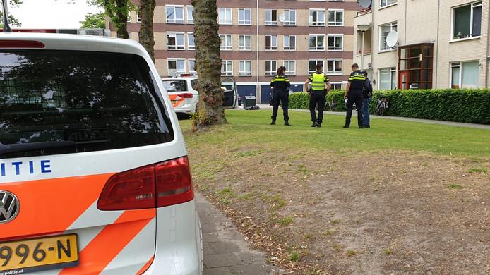 De politie doet onderzoek aan de Waalstraat in Enschede