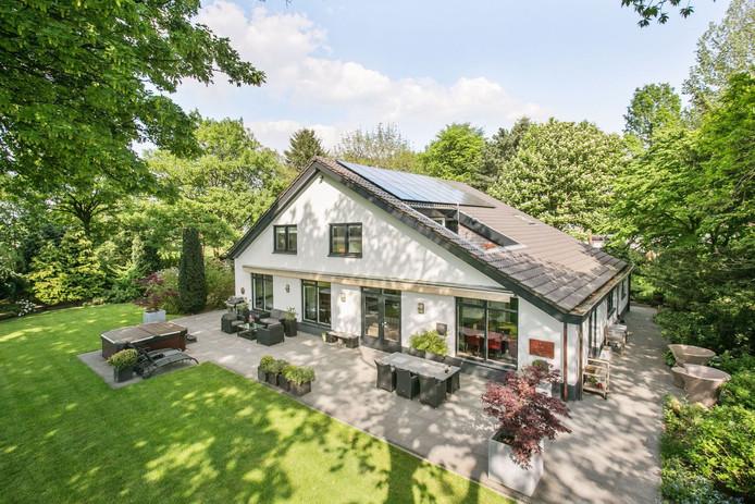 Deze rustieke villa aan de rand van Teteringen heeft een groot zadeldak. Al te veel zorgen voor lekkage hoeft met overigens niet te hebben. Het volledige gerenoveerde huis staat voor 1.100.000 te koop.