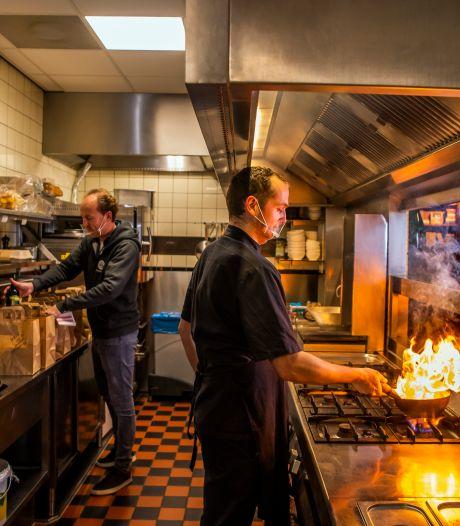 Ook restaurants die eerst hun deuren dichthielden, slaan nu aan het thuisbezorgen