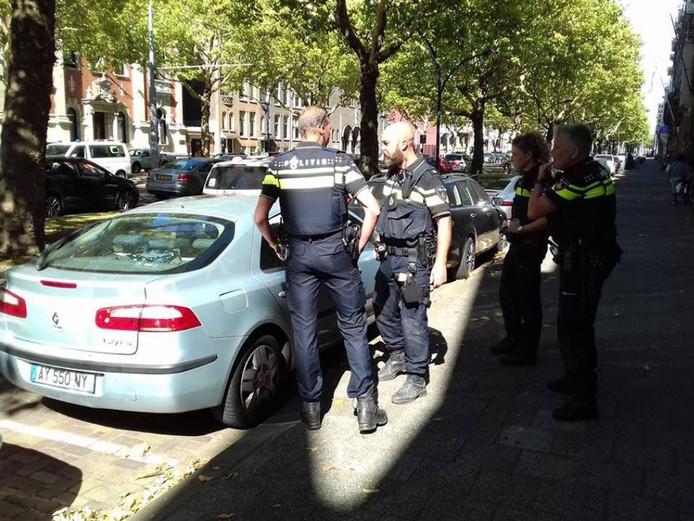 Politieagenten hebben de honden uit de auto bevrijd.