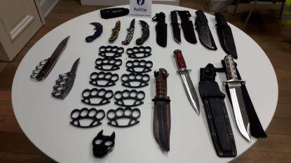 Politie klist motorrijder met 24 (!) verboden wapens op zak