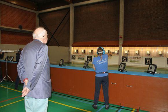 Burgemeester Leopold Lippens krijgt een rondleiding in de vernieuwde sporthal De Stormmeeuw.
