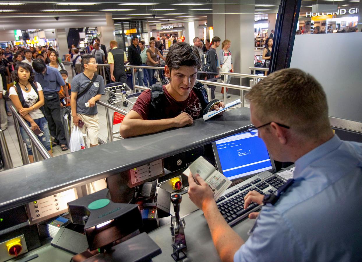 Altijd een spannend moment: paspoortcontrole bij de marechaussee op Schiphol.