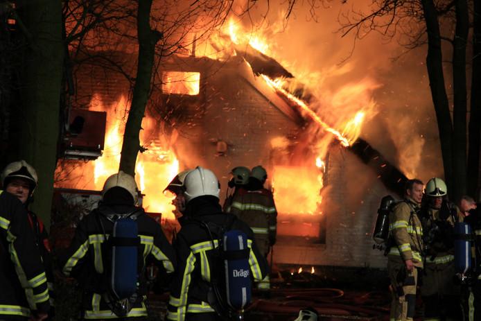 De woonboerderij in Loo is tot de grond toe afgebrand.