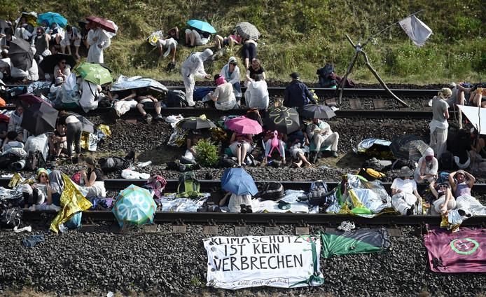 Demonstranten bezetten de spoorlijn naar de bruinkoolmijn.