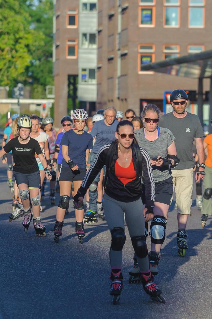 Archieffoto 2017: Elke vrijdagavond gaat een rits skaters achter elkaar aan door Hengelo.