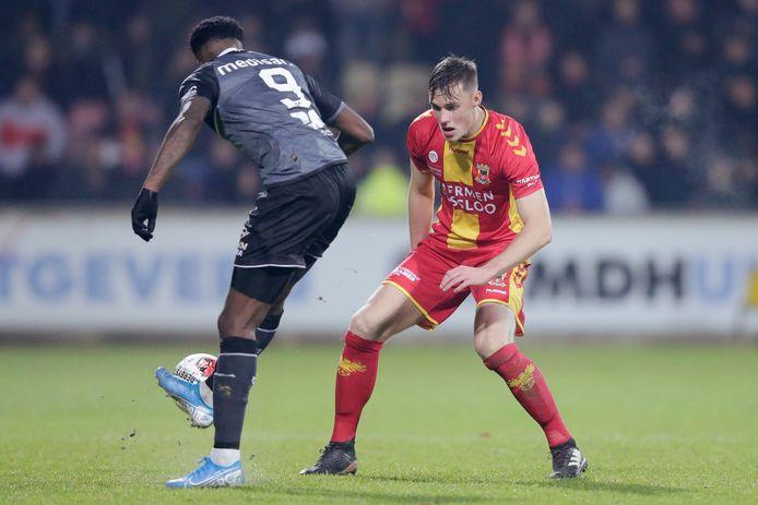 Sam Beukema heeft de ogen op de bal gericht, in duel met Roda JC-spits Ike Ugbo, eerder dit seizoen in Deventer.