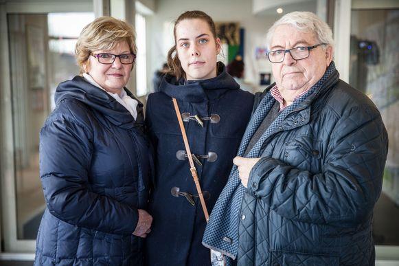 Monique De Pauw en Jackie Van Hecke met hun kleindochter.