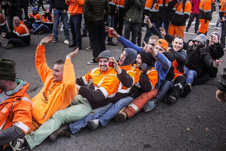 Antwerpse havenarbeiders tijdens hun staking maandag voor de poorten van het bedrijf Katoen Natie. 'Allez, het is hier toch gezellig.' Beeld null