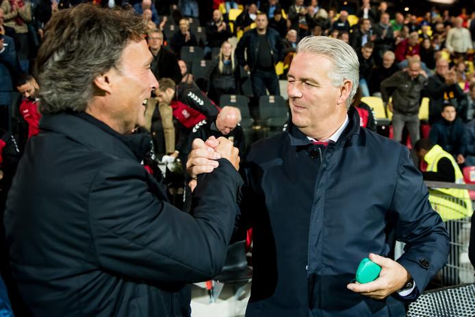 Hans de Koning (r) viert na een zege van Go Ahead feest met een van zijn assistenten. In dit geval is het Harry Decheiver, die als speler een groot verleden had bij RKC Waalwijk.