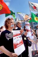 Koerden protesteren op het Willemsplein tegen besluit van Erdogan om drie Koerdische tv-zenders uit de lucht te halen.