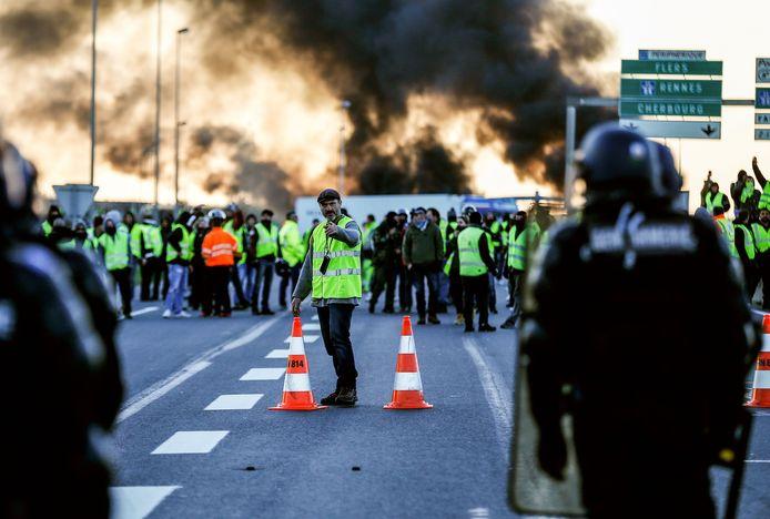 De 'Gele hesjes' blokkeren een snelweg in het noorden.