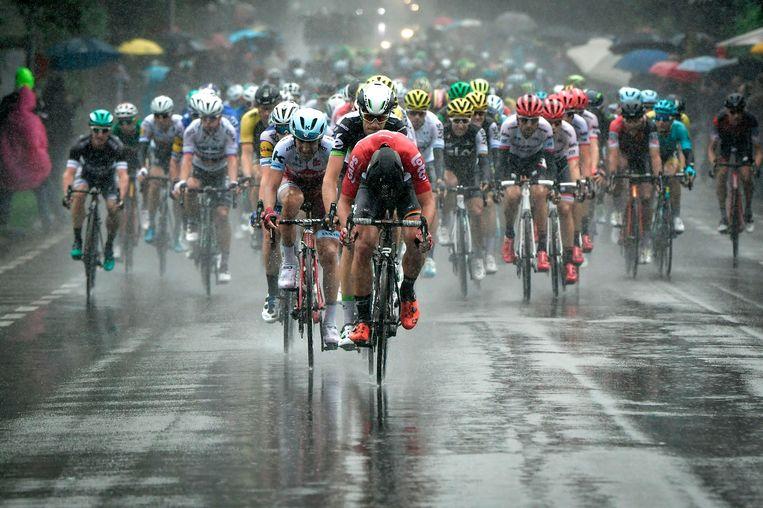 Wielrenners tijdens de tweede etappe tussen Dusseldorf en Luik.  Beeld AFP