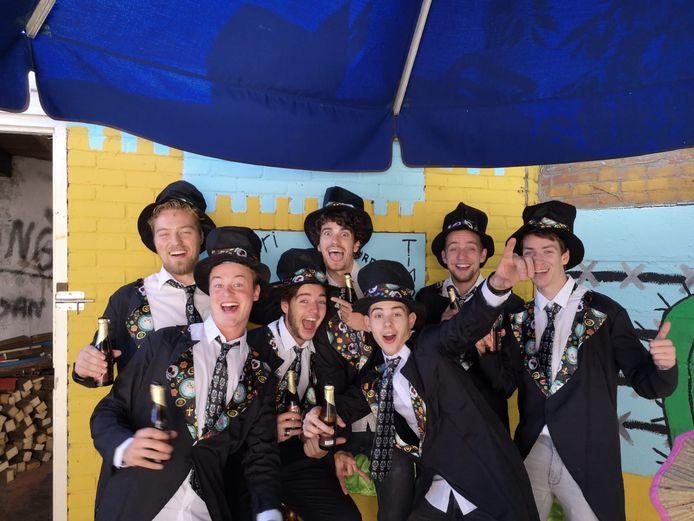Het jaarlijkse huisfeest Inter Pocula met (v.l.n.r.) Laurent, Joeri, Jurre, Timo, Daan, Lars en Boudewijn. De foto is gemaakt voor Thijmen in het huis zat.