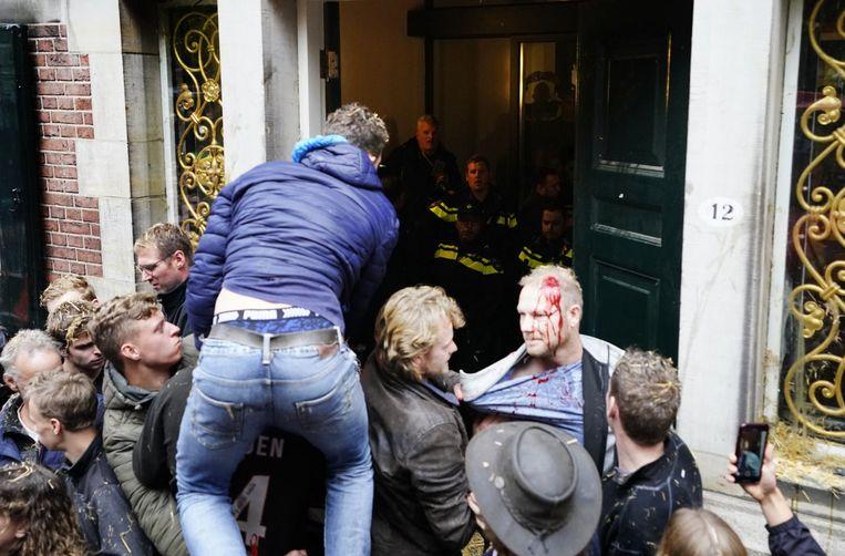 Boeren hebben de deur van het provinciehuis met een tractor eruit geduwd en zijn het gebouw binnengegaan tijdens de protestactie.  Beeld ANP