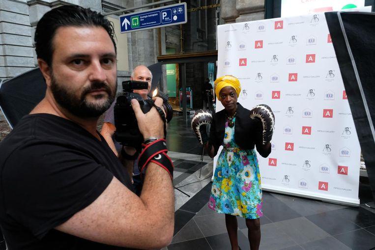 Ook Stella Okemwa poseerde met de lederen bokshandschoenen.