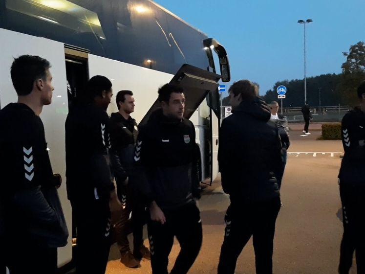 De lange mannen van Draisma Dynamo in de bus naar Polen