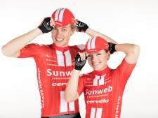 Wielrenner Tim Naberman uit Genemuiden showt shirt van Sunweb nu alleen in de webshop