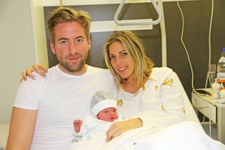 Kerstkindje Leon Luiz met ouders Sofie en Cédric.