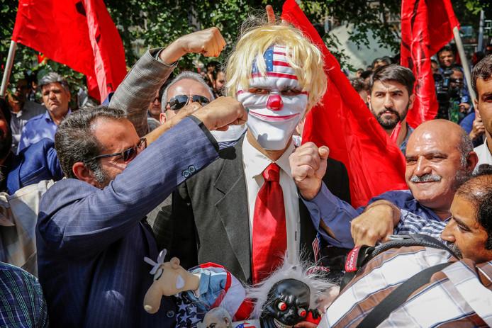 Protesten bij de voormalige Amerikaanse ambassade in Teheran. Foto Abedin Taherkenareh