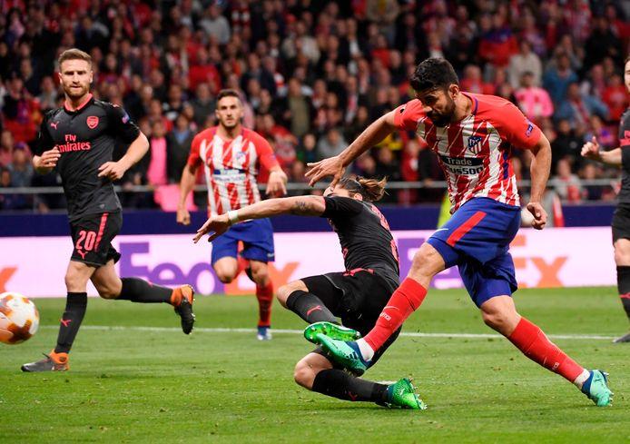 Diego Costa haalt zwaar uit, de tackle van Bellerin komt te laat: 1-0.