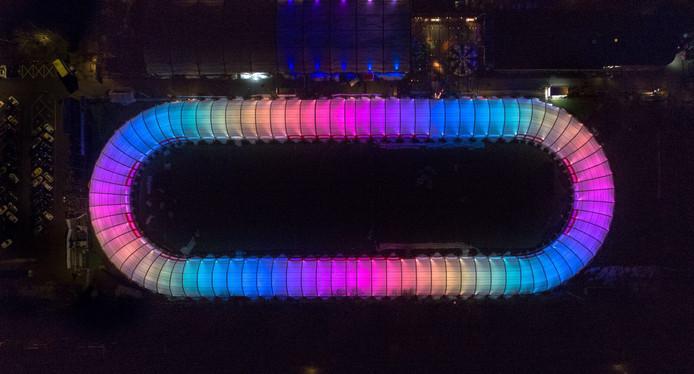 Met de kleurrijke ledlampen in de 'schaatsslurf' op volle kracht, is de blik vanuit de hoogte op Schaatsbaan Rotterdam in Kralingen waarlijk betoverend.