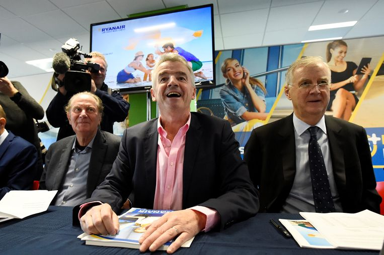 Ryanair ligt onder vuur, maar topman Michael O'Leary (midden) kon deze middag tijdens een aandeelhoudersvergadering in Dublin toch nog lachen.