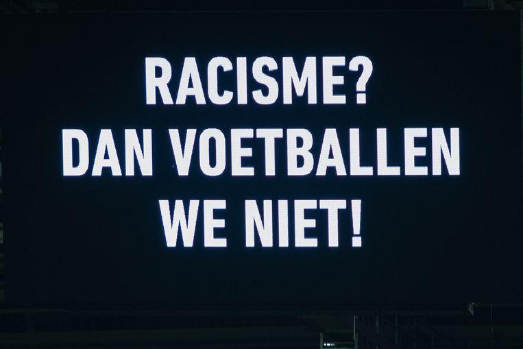Een slogan op de schermen bij FC Utrecht tegen AZ op 23 november. Beeld BSR Agency
