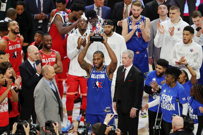 Kawhi Leonard met de Kobe Bryant MVP Award.