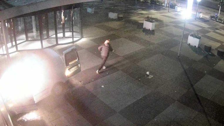 Op bewakingsbeelden is te zien hoe iemand twee keer inrijdt op de pui van het pand van De Telegraaf. Beeld ANP