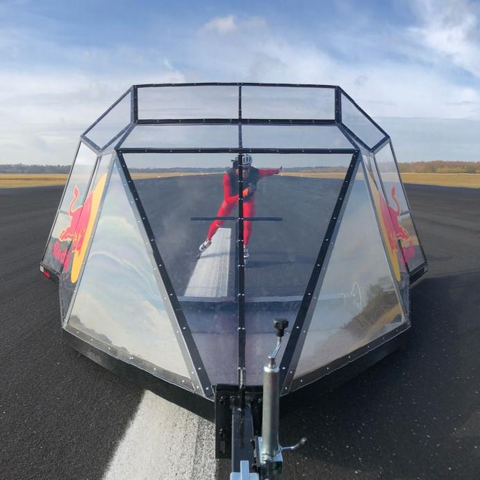Erben Wennemars skeelert achter het speciale windscherm, gemaakt door Apeldoorner Niels Naber.