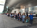 De vele meisjes staan te wachten op een pendelbus.