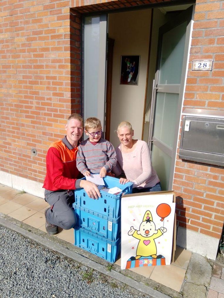Postbode Jurgen stond maandagochtend met drie bakken vol kaartjes voor de deur van Thor.