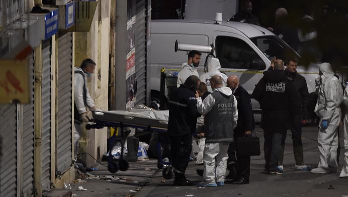 Een lichaam wordt uit het appartement in Saint-Denis gedragen.