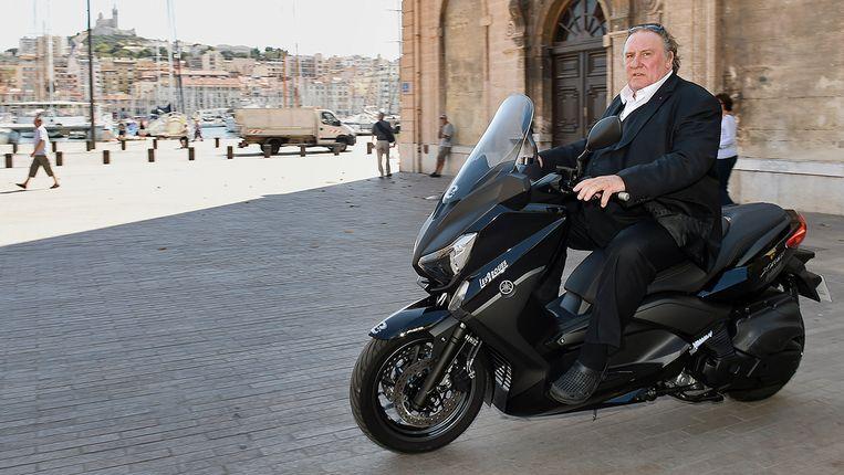 Gérard Dépardieu in Marseille als cocaïne snuivende burgemeester. Beeld