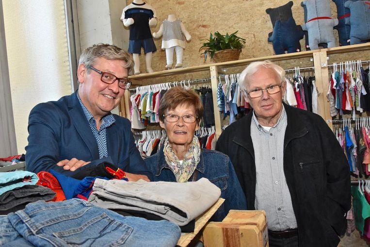 Schepen Philippe De Coene met toevallige bezoekers van de deelwinkel.