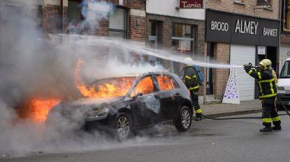 Geparkeerde wagen brandt volledig uit