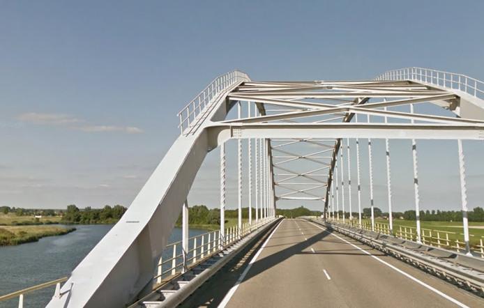 De leuning op de bogen van de Vossemeersebrug wordt volgende week verwijderd.