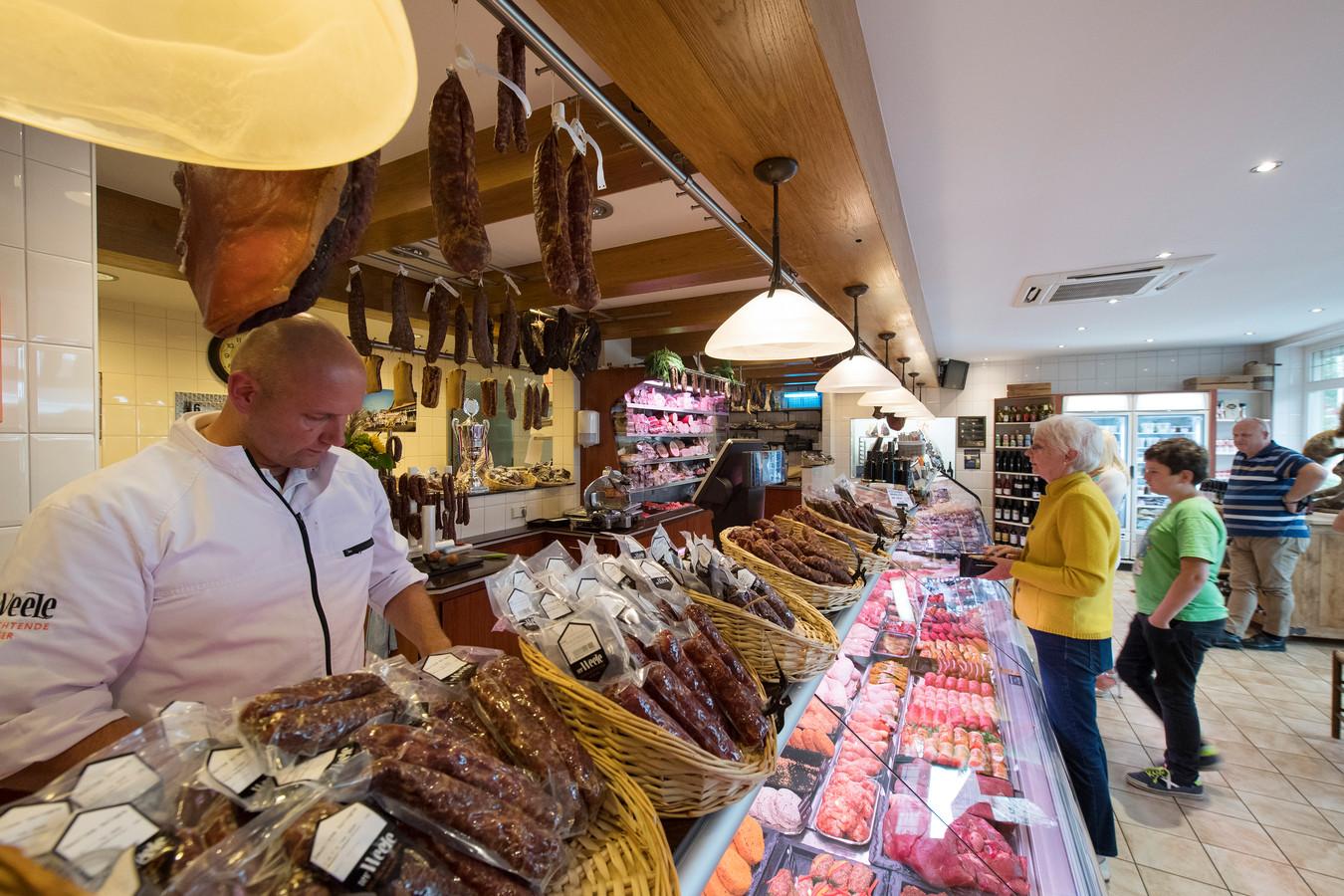 Thuisslachter Herman Ter Weele (in zijn winkel) van slagerij Ter Weele.