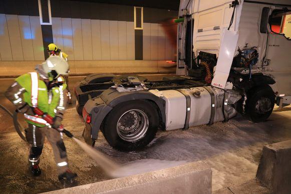 De brandweer moest de rijbaan schoonspuiten nadat er brandstof was gelekt.