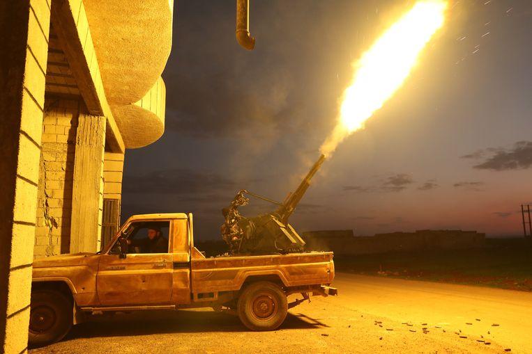 Door Turkije gesteunde Syrische strijders met luchtafweergeschut in Sarmin, op zo'n acht kilometer ten zuidoosten van de stad Idlib.