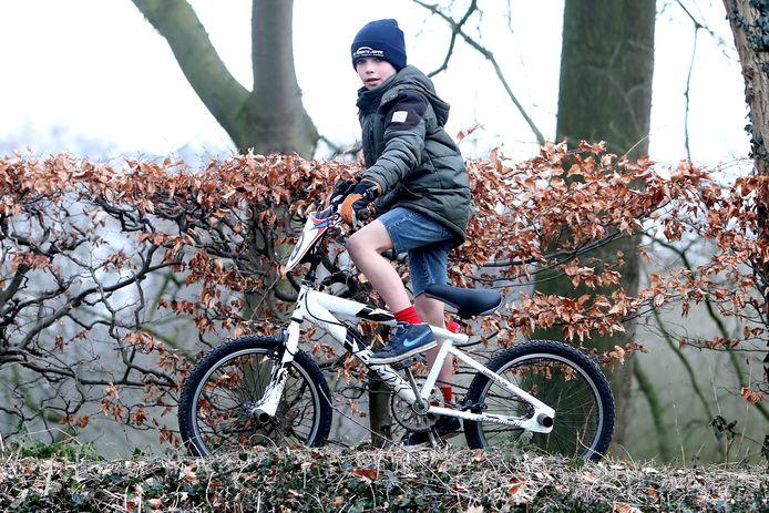 Jayden Gotink fietst ook in de winter rond in de korte broek, of het nu vriest of niet.