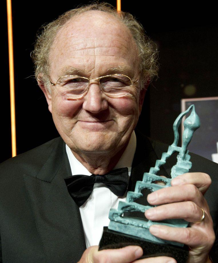 Joop van den Ende toont de John Kraaijkamp Musical Award, die hij in 2011 kreeg voor de musical Petticoat. Beeld null