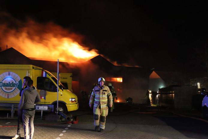 De brandweer actief bij de brand in Montfoort.