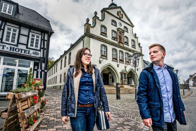 Brolin, Duitsland. CDU Partijleden Sophie Boddieller (20) studente Economie, en Nicolas Hilkenbach student sociaalwerk lopen door hun stad Brolin met op de achtergrond het raadshuis.  Beeld raymond rutting