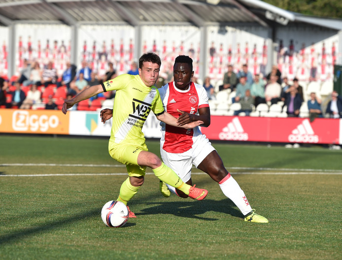 Ruben Besuyen (links) duelleert op dinsdag 5 juni in het heenduel met Ajax met de sterke Cedric Main. Hoek won dat duel met 1-3 en stelde vier dagen later op eigen veld promotie veilig.
